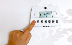 Regolazione di temperatura del termostato in una casa moderna Fotografia Stock