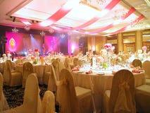Regolazione e decorazione della Tabella di cerimonia nuziale Immagini Stock Libere da Diritti