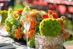 Regolazione e fiori della tabella della decorazione di nozze Fotografie Stock