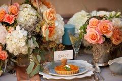 Regolazione e fiori della tabella della decorazione di nozze Immagini Stock