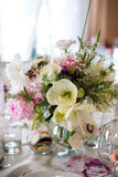 Regolazione e fiori della tabella della decorazione di nozze Immagine Stock
