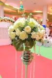 Regolazione e fiori della tavola della decorazione di nozze Immagine Stock