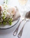 Regolazione elegante del tavolo da pranzo di nozze immagini stock