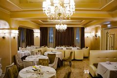 Regolazione elegante della tavola nel ristorante immagini stock
