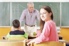 Regolazione elementare dell'aula. Fuoco sulla ragazza della scuola Immagine Stock Libera da Diritti