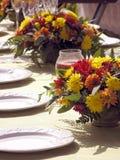 Regolazione esterna della Tabella con i fiori Immagine Stock