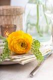 Regolazione festiva della tabella con i fiori Fotografia Stock Libera da Diritti
