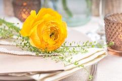 Regolazione festiva della tabella con i fiori Fotografie Stock Libere da Diritti