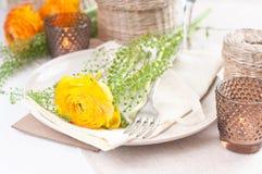 Regolazione festiva della tabella con i fiori Fotografia Stock