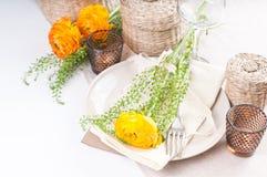 Regolazione festiva della tabella con i fiori Immagine Stock Libera da Diritti