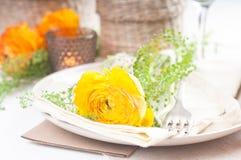 Regolazione festiva della tabella con i fiori Fotografie Stock