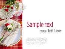 Regolazione festiva della tabella con i fiori e le terrecotte dell'annata, t pronta immagine stock libera da diritti