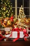 Regolazione festiva della tabella con il regalo rosso del nastro Immagini Stock Libere da Diritti
