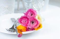 Regolazione festiva della tavola con i fiori Immagine Stock Libera da Diritti