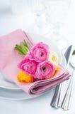 Regolazione festiva della tavola con i fiori Fotografie Stock Libere da Diritti