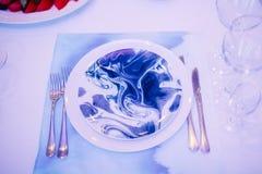 Regolazione festiva della tavola di nozze Decorazione della Tabella sul giorno delle nozze fotografie stock libere da diritti