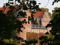 Regolazione idilliaca del castello Moated Immagine Stock