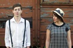 Regolazione industriale del retro giovane di amore fronte divertente d'annata delle coppie Fotografia Stock Libera da Diritti