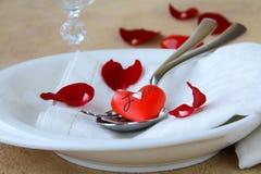 Regolazione romantica della tabella con i petali di rosa Fotografia Stock Libera da Diritti