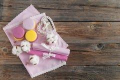 Regolazione romantica della Tabella con il maccherone il giorno del ` s del biglietto di S. Valentino Immagini Stock