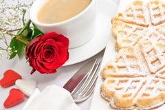 Regolazione romantica della tabella con una singola rosa rossa Immagini Stock