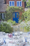 Regolazione romantica della tabella nel giardino Immagini Stock