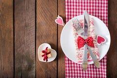 Regolazione romantica della tavola per il giorno di biglietti di S. Valentino in uno stile rustico Fotografia Stock Libera da Diritti