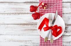 Regolazione romantica della tavola per il giorno di biglietti di S. Valentino in uno stile rustico Immagine Stock