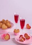 Regolazione romantica della tavola per il San Valentino con i bigné in Fotografia Stock