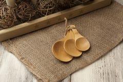 Regolazione rustica con i cucchiai di legno, primo piano della tavola Immagini Stock Libere da Diritti