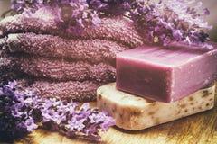Regolazione rustica con il sapone naturale immagine stock