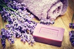 Regolazione rustica con il sapone naturale e la lavanda fresca fotografie stock libere da diritti