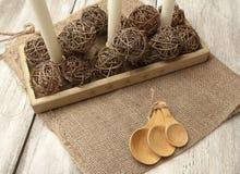 Regolazione rustica della tavola con i cucchiai di legno Fotografie Stock Libere da Diritti