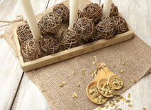Regolazione rustica della tavola con i semi di zucca verdi in un cucchiaio di legno Immagini Stock