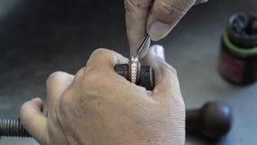 Regolazioni d'argento della pietra preziosa dei gioielli in anello archivi video