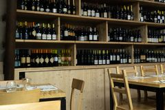 Regolazioni della tavola del ristorante dell'interno La sedia, le tavole e la tavola di legno hanno messo dentro un ristorante it Immagine Stock