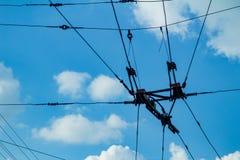 Regoli i cavi contro il cielo blu, cavi elettrici fotografia stock