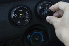 Regoli il condizionatore d'aria nell'automobile immagini stock