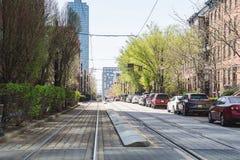 Regoli la linea a Jersey City con l'orizzonte della città su fondo immagini stock