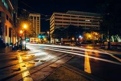 Regoli le piste e le costruzioni alla notte, in Norfolk del centro, Virgini fotografie stock