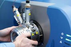 Regoli lo spettrometro di massa L'uomo analizza il dispositivo per il de immagine stock