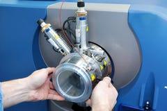 Regoli lo spettrometro di massa L'uomo analizza il dispositivo per il de fotografia stock libera da diritti