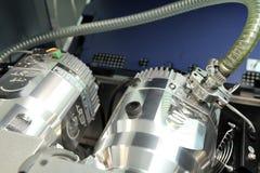 Regoli lo spettrometro di massa L'uomo analizza il dispositivo per il de immagini stock libere da diritti