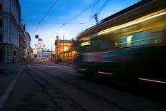 Regoli passare il quadrato del senato di Helsinki durante il tramonto con Helsinki fotografie stock