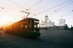 Regoli passare il quadrato del senato di Helsinki durante il tramonto con Helsinki immagine stock libera da diritti