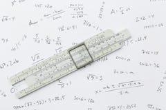 Regolo calcolatore e calcoli immagine stock libera da diritti