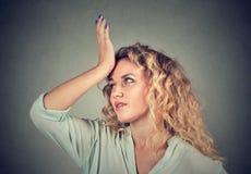 Regrets mal Femme giflant la main le moment de tête duh photos libres de droits