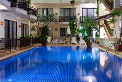Regroupement avec de l'eau bleu dans un hôtel confortable Images libres de droits