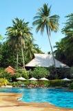 Regroupement près de la construction d'hôtel dans les tropiques Photographie stock