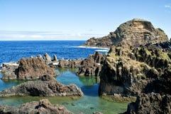 Regroupements de roche sur le bord de mer Photo stock